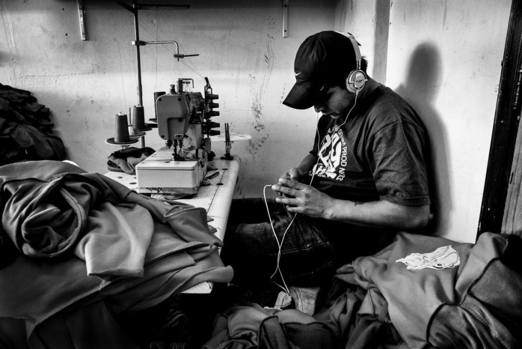 Luis gère l'atelier, mais il travaille sur les machines comme ses employé-e-s.