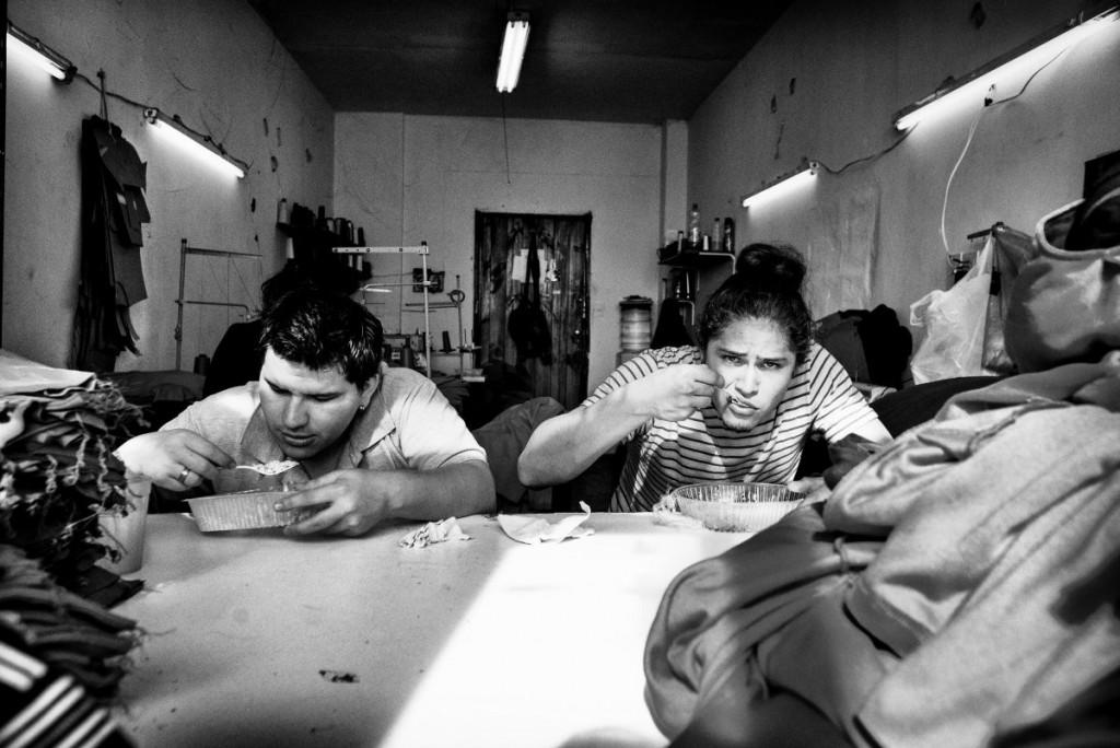 Pause. Pour celles ou ceux qui le désirent, un plat péruvien est préparé dans une maison voisine, puis livré sur place..