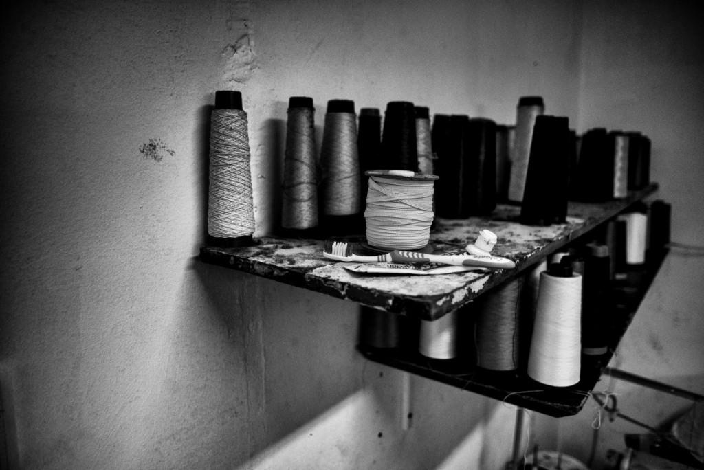 Les ouvrier-e-s restent à l'atelier de 7h à 21h, toute la semaine sauf le samedi où l'on finit à midi, et le dimanche qui est chômé. L'atelier se transforme alors en seconde maison, et chacun-e a ses habitudes.