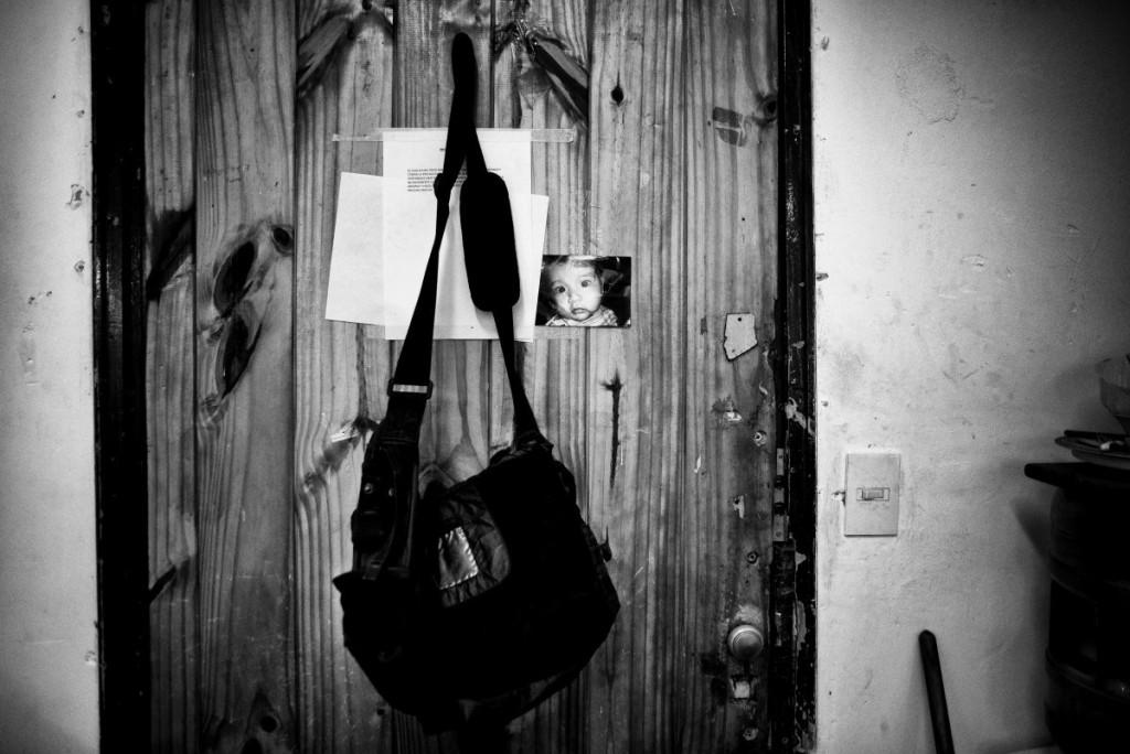 Tous les jours, comme un rituel, Luis accroche son sac sur la porte de l'atelier, à côté de la photo de son fils. Pour ne l'ôter qu'au moment de rentrer.