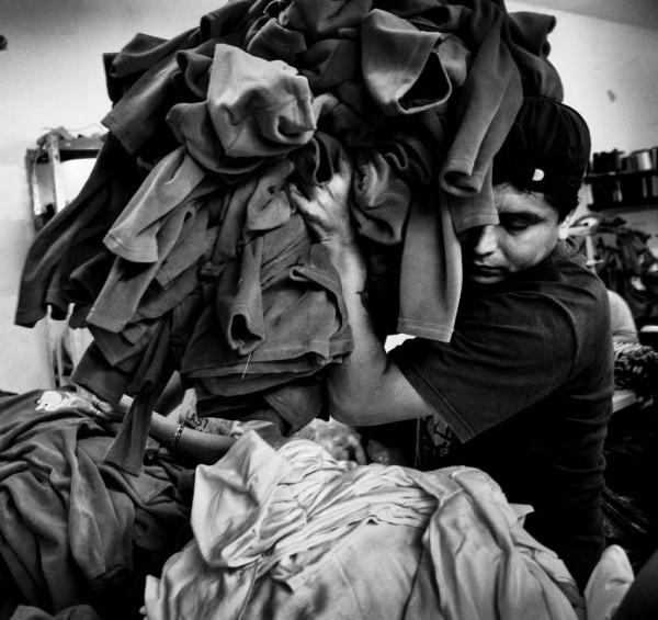 Luis es peruano y vive en Buenos Aires desde unos seis años. Al principio, vivia en la calle mientras trabajaba como costurero. Ahora alquila su propio taller.