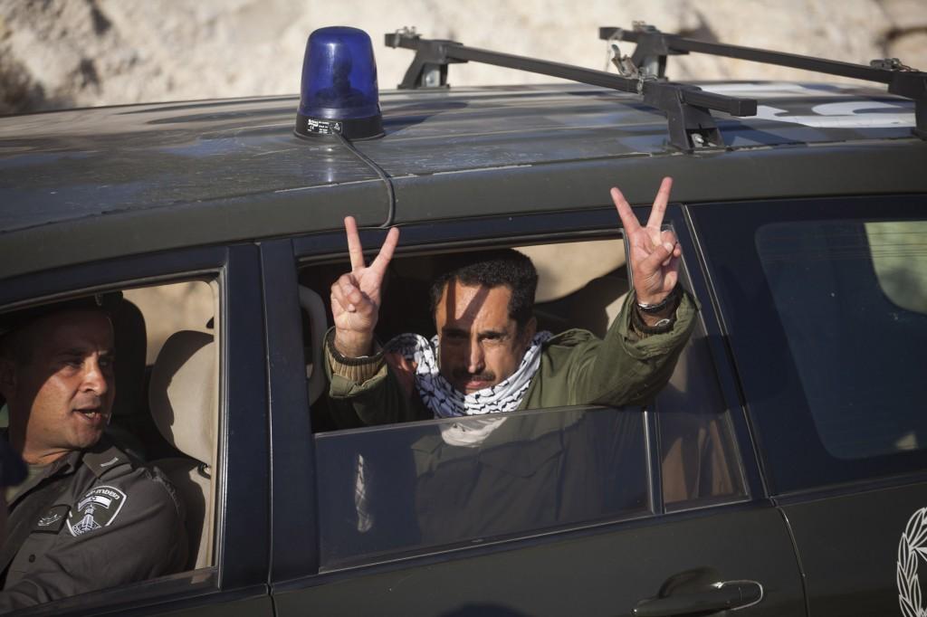 """Un militant palestinien est arrêté par la police israélienne alors qu'il tentait de retourner au camp de Bab al-Shams dans la zone """"E1"""", le 15 janvier 2013."""