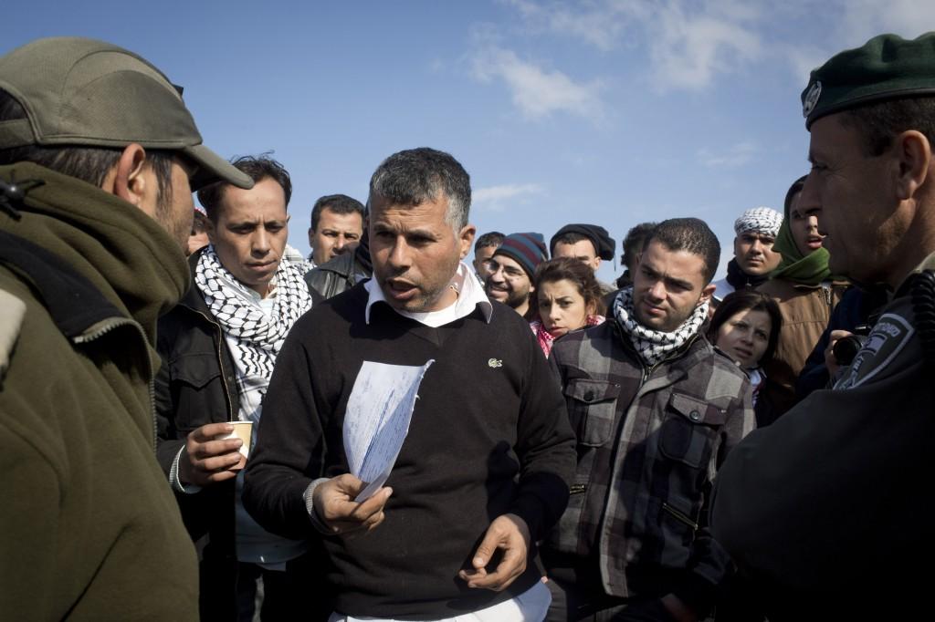 La police aux frontières avec un ordre d'évacuation du camp palestinien Bab al-Shams (La porte du soleil).