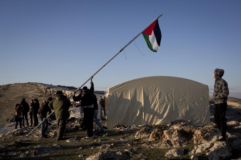 Des militants plantent le drapeau palestinien dans le camp Bab al-Shams.
