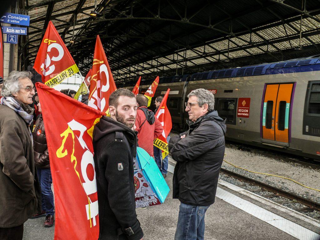 Les McDos en soutien à un rassemblement des cheminots de Rodez contre la fermeture du train de nuit Rodez-Paris – 9 décembre 2017